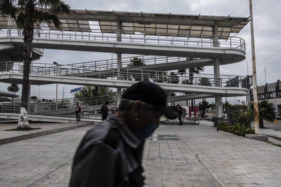 Tras agudizarse la emergencia sanitaria en Estados Unidos, el presidente Donald Trump agilizó el proceso de deportaciones. En la imagen, un grupo de deportados mexicanos espera bajo del puente fronterizo de Reynosa, en Tamaulipas.