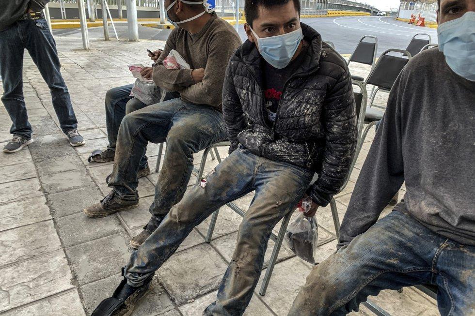 Un grupo de jóvenes detenidos en la frontera aguarda a ser entrevistado en el punto migratorio de Reynosa, en la frontera con Texas.