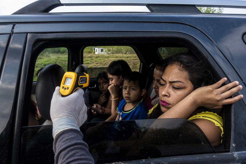 En toda la ruta fronteriza de lado de México hay retenes sanitarios en los que los agentes miden la temperatura a los conductores. Las medidas se incrementan en los límites entre los Estados mexicanos.