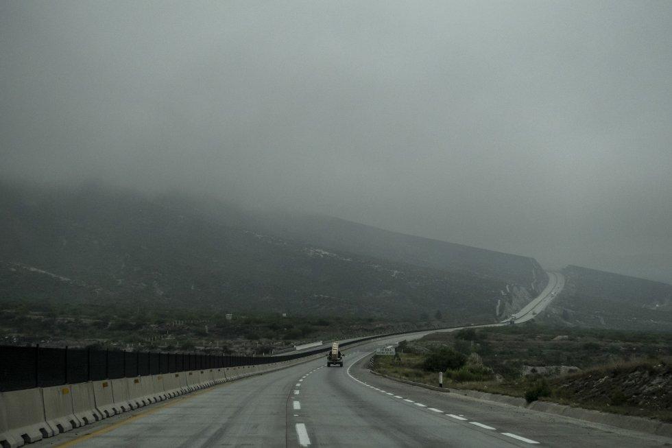 La ruta que recorre el trayecto entre los Estados de Coahuila y Chihuahua, cubierta con neblina.