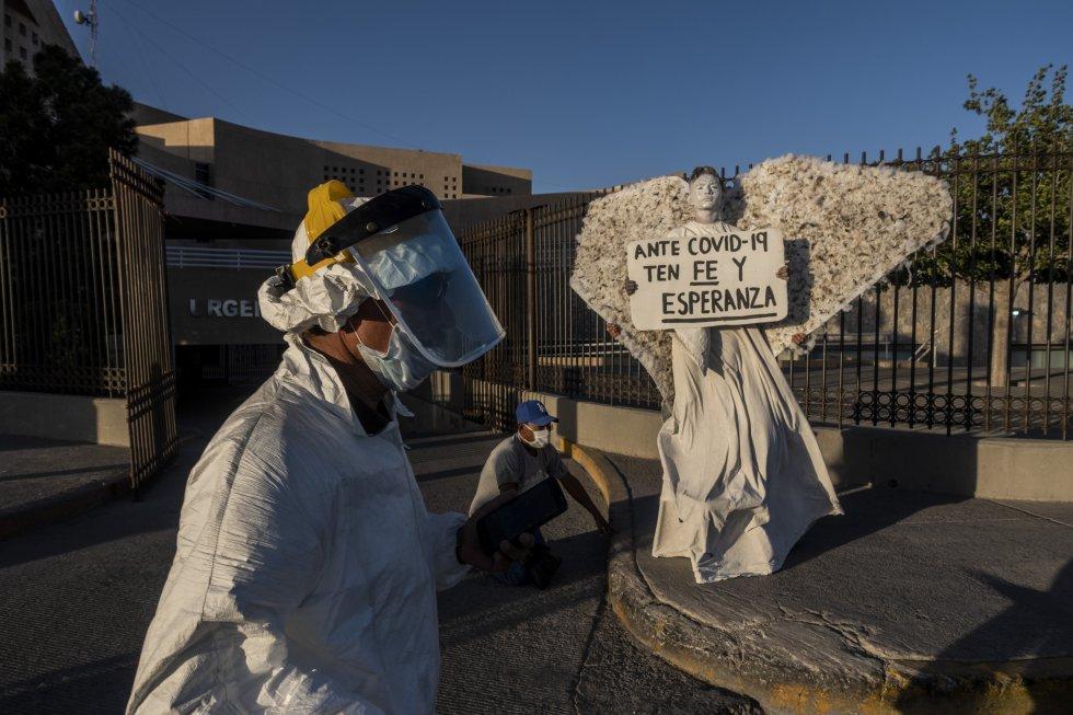Las horas de espera en las aceras de los hospitales se vuelven interminables para los familiares de las personas ingresadas. En la imagen, un grupo de voluntarios religiosos acude al hospital regional de Ciudad Juárez para ofrecer una oración.