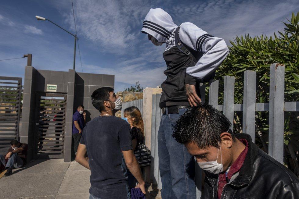 Trabajadores de diferentes maquiladoras del norte de México realizan un paro para exigir el cierre inmediato de estas empresas para prevenir la expansión del virus.