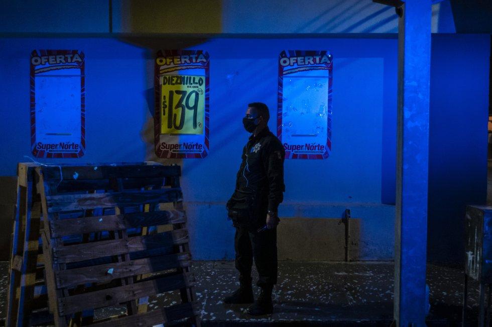 En el municipio de Caborca, en el Estado de Sonora, se ha impuesto el toque de queda entre las seis de la tarde y las seis de la mañana. En la imagen, un policía local hace guardia en una de las avenidas de la pequeña ciudad.
