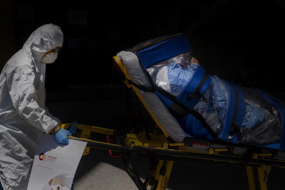 Un paramédico traslada a un paciente de covid-19 en condición crítica en Tijuana. Esa ciudad tiene una de las tasas de contagio y mortalidad por coronavirus más altas de México, solo por debajo de la capital.
