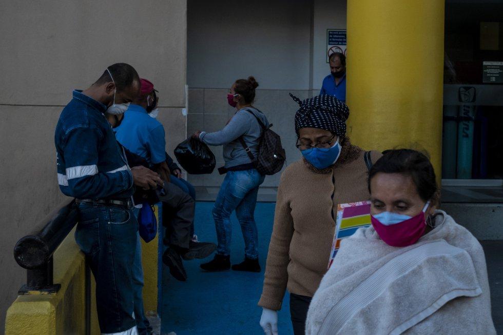 Familiares de personas infectadas con covid-19 acuden a recibir noticias en las puertas del Hospital General Nº 1 de Tijuana. Este nosocomio concentra la mayor cantidad de casos del Estado de Baja California.