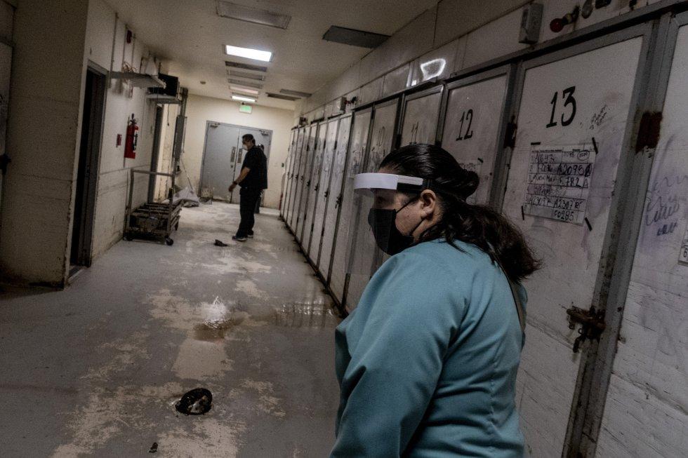 Personal del servicio médico forense trabaja en una zona de resguardo de cadáveres. Pese a que estos trabajadores no deberían atender casos de covid-19, han recibido cuerpos de personas fallecidas con por este virus.