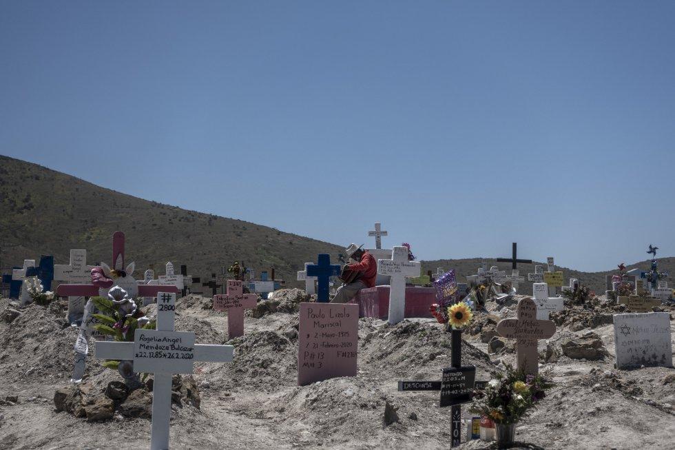 Un músico del panteón espera un funeral. La mayoría de las personas fallecidas por la covid-19 son enterradas en 11 minutos y a los familiares no se les permite hacer el tradicional ritual mexicano de música y alabanzas.