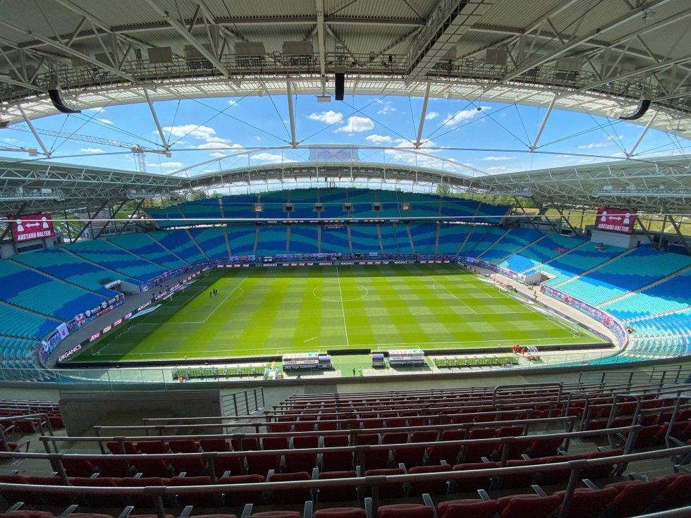 Aspecto del estadio Red Bull Arena donde se han enfrentado el RB Leipzig y el SC Freiburg. Sin público en las gradas y con las personas mínimas para que pueda desarrollarse el encuentro. En los estadios resuena el eco.