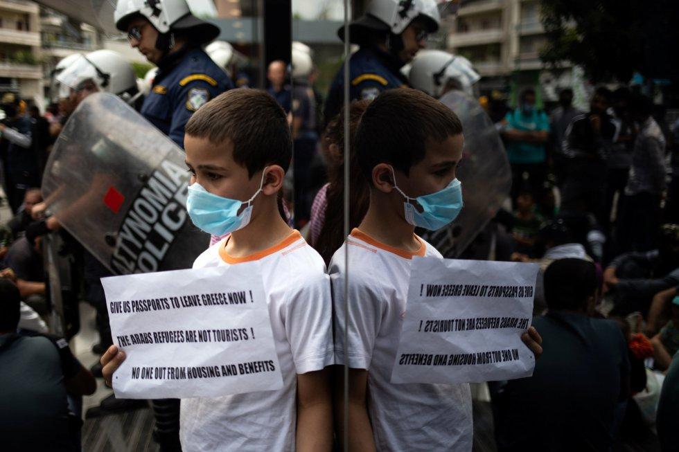 Un niño refugiado se manifiesta ante la sede de Acnur en Atenas contra la decisión del Gobierno conservador griego de expulsar a partir del 1 de junio a más de 11.000 personas que han recibido asilo en centros de acogida.