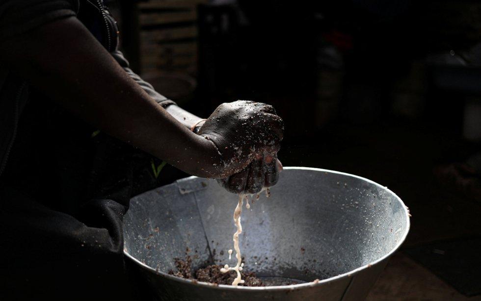 Philipine Madito prepara 'umqombothi', una cerveza tradicional de maíz, durante la pandemia de coronavirus en Soweto (Sudáfrica).