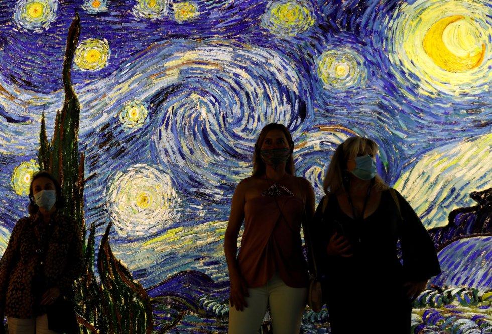 Dos visitantes asisten a la exposición 'Meet Vicent Van Gogh' en Lisboa (Portugal).
