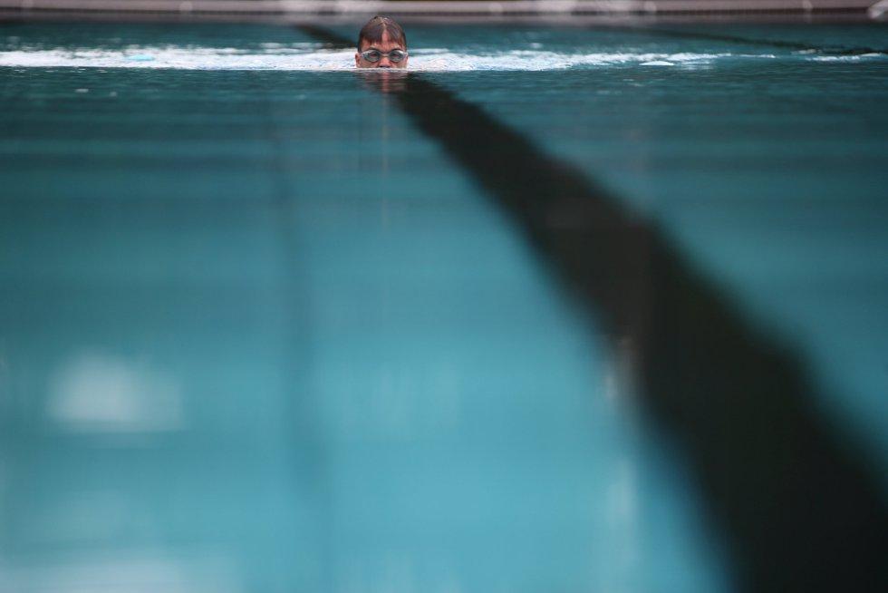 Un nadador austriaco entrena en la piscina pública de Schoenbrunner Bad. Este viernes ha sido el primer día de reapertura en Viena tras el brote de covid-19.