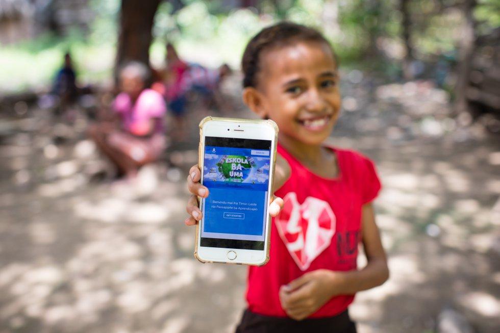 En Timor Oriental, el programa de educación a distancia 'Eskola ba Uma' (La escuela va a casa) permite a los niños seguir estudiando a través de plataformas de internet, la televisión o la radio. Para quienes no tienen acceso a ninguna de estas opciones, Unicef trabaja con la compañía telefónica Telenor con el fin de proporcionar acceso gratuito a materiales a 600.000 usuarios de teléfonos móviles en las zonas rurales.