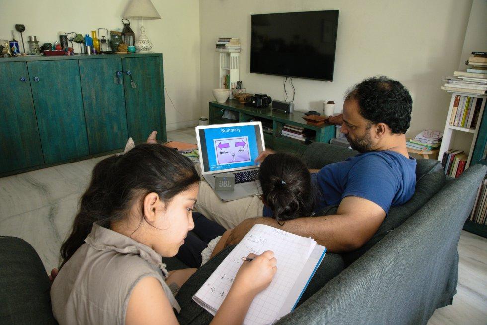 Azah y Zaara tienen a su padre como principal apoyo educativo desde que se encerraron bajo confinamiento en su casa en Delhi, la capital de la India. Las dos adolescentes hacen diariamente los deberes que su escuela les manda por correo electrónico.
