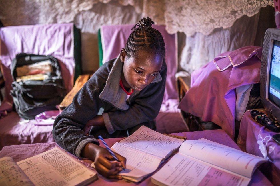 A Sheila Achieng, una joven estudiante del asentamiento informal de Kibera, su maestra le envía preguntas de revisión una vez por semana a través del teléfono de sus padres. Ella las imprime, completa las preguntas y regresa a la escuela para que el maestro las marque. Sheila está en su último año de primaria, pero le preocupa que debido a la pandemia que ha cerrado todas las escuelas en Kenia, pueda suspender sus exámenes o verse obligada a repetir la misma clase.