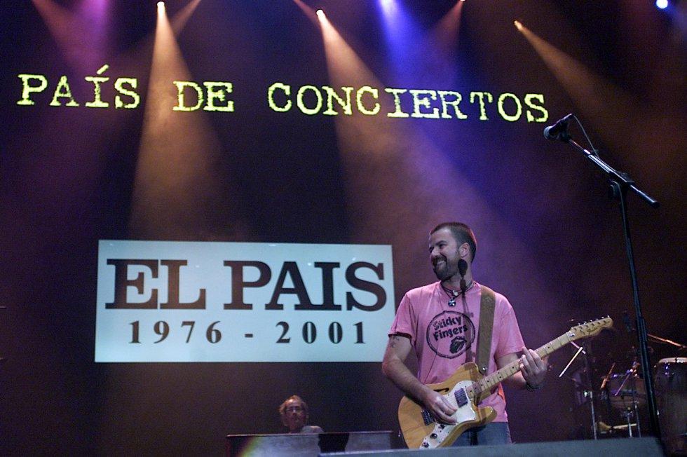El líder de Jarabe de Palo, Pau Donés, en el concierto con motivo del 25º Aniversario de EL PAÍS, 'Un País de pop', en 2001.