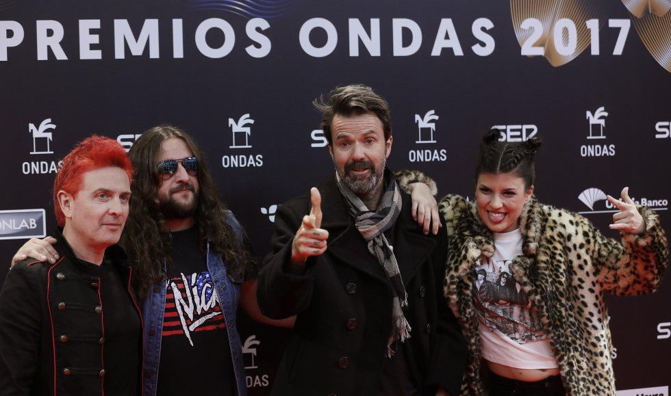 El músico y cantante Pau Donés (segundo por la derecha), acompañado por los integrantes del grupo Jarabe de Palo, a su llegada a la gala de entrega de los Premios Ondas 2017.