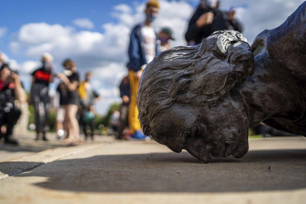 Una estatua de Cristóbal Colón, en el suelo tras ser derribada en Saint Paul (Minnesota), el 10 de junio. La figura del descubridor, cuyas expediciones a las Américas hace más de cinco siglos llevaron a la colonización y matanza de poblaciones indígenas, se ha convertido en uno de los objetivos de la ola de ataques al patrimonio..