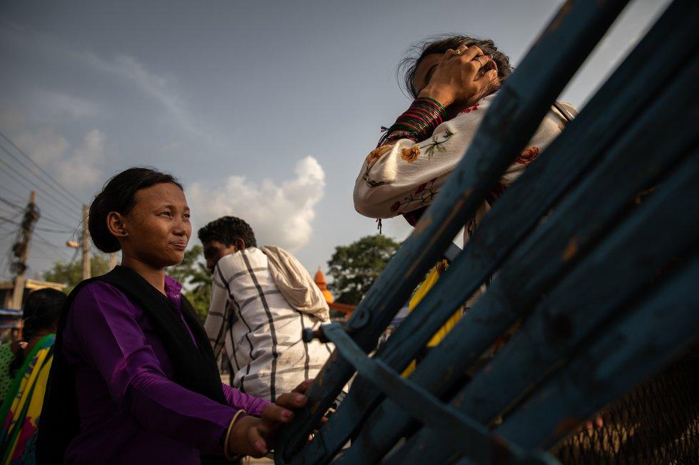 Danu Thapa, de 24 años y vigilante de frontera de una ONG, detiene un motocarro que lleva una niña a India por la ciudad fronteriza nepalí de Bhairahawa para preguntar a la ocupante del vehículo el motivo de su viaje y si lo ha organizado otra persona. El objetivo de Thapa es determinar si se trata de una viajera normal o de una víctima del tráfico de personas. Uno de los procedimientos que utilizan los vigilantes de las ONG para corroborar las declaraciones de las mujeres y las niñas es llamar a su familia. A menudo, los traficantes están al otro extremo de la línea telefónica, haciéndose pasar por parientes a través del primer número de teléfono que las víctimas dan a los miembros de la organización antitráfico. Los colaboradores de la ONG suelen pedir varios números para verificar la información. Independientemente del resultado, la organización lleva un registro de las personas a las que ha interrogado con sus declaraciones, descripciones y contactos. Se calcula que cada día un mínimo de 54 mujeres y niñas son trasladadas ilegalmente de Nepal a India. La causa más frecuente es la pobreza, pero la insuficiente protección de los derechos humanos, la inestabilidad política, los conflictos, las catástrofes naturales, el analfabetismo y la corrupción actúan como catalizadores del fenómeno y convierten la trata de personas en un negocio floreciente que mueve 150.000 millones de dólares al año, y a Nepal en una de sus fuentes más lucrativas.