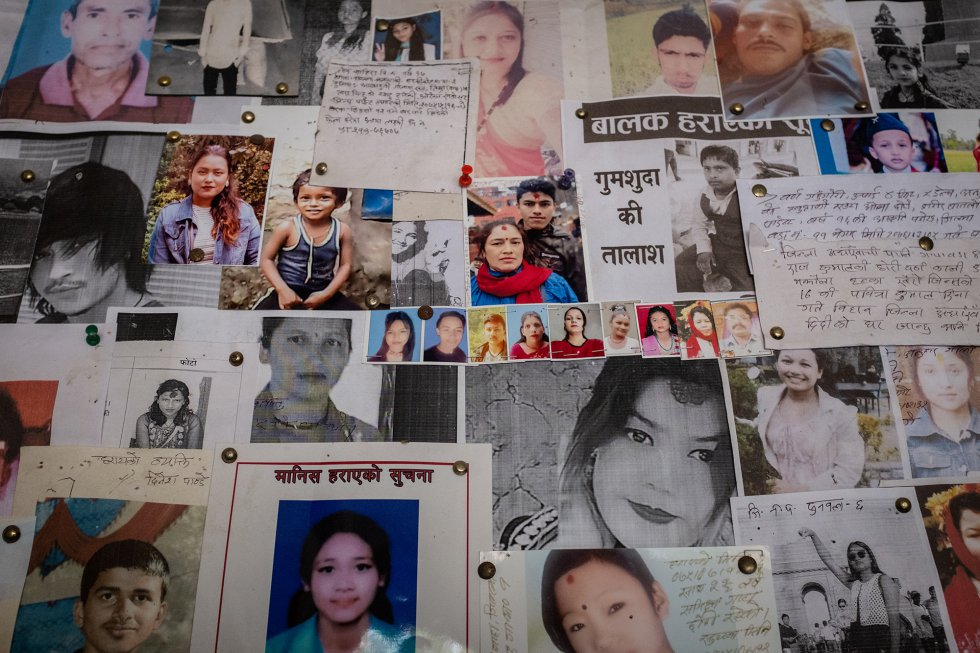 Fotos, mensajes y descripciones de hombres, mujeres y niños desaparecidos, muchos de ellos posiblemente víctimas del tráfico de personas, llenan un tablón de la comisaría de policía de la frontera entre Nepal e India en la ciudad nepalí de Bhairahawa. Un informe de 2019 elaborado por el Comité Nacional de Derechos Humanos de Nepal confirma que los niños y los adultos desaparecidos acaban vendidos en las redes de trata. Según datos de la policía, en 2018 desaparecieron 13.678 personas, y solo el 47% de ellas fueron encontradas ese mismo año. En consecuencia, se cree que los que siguen en paradero desconocido han debido ser víctimas del tráfico ilegal. En cuanto a los niños, solo entre julio de 2016 y julio de 2017 se denunció la desaparición de 2.772 menores. Las investigaciones indican que cada año alrededor de 12.000 niños son trasladados ilegalmente a India por extraños, vecinos y, a veces, parientes que no siempre son conscientes de adonde los llevan. En la mayoría de los casos, su destino es la explotación sexual, pero también el trabajo en factorías de pescado, la construcción, el servicio doméstico o en talleres clandestinos, entre otras muchas formas de trabajo forzado y explotación, incluida la extracción de órganos. La gran mayoría de las víctimas del tráfico de personas en el mundo ‒alrededor del 71 %‒ son niñas y mujeres, y un tercio son menores de edad. Una vez en India o en otros países extranjeros, es muy difícil que las víctimas puedan escapar de quienes las esclavizan. A menudo están encerradas, no conocen el idioma, no se pueden costear el viaje de vuelta, y en muchos casos una deuda ficticia las obliga con sus captores, que se quedan la mayor parte de las ganancias de su trabajo forzado o su prostitución.