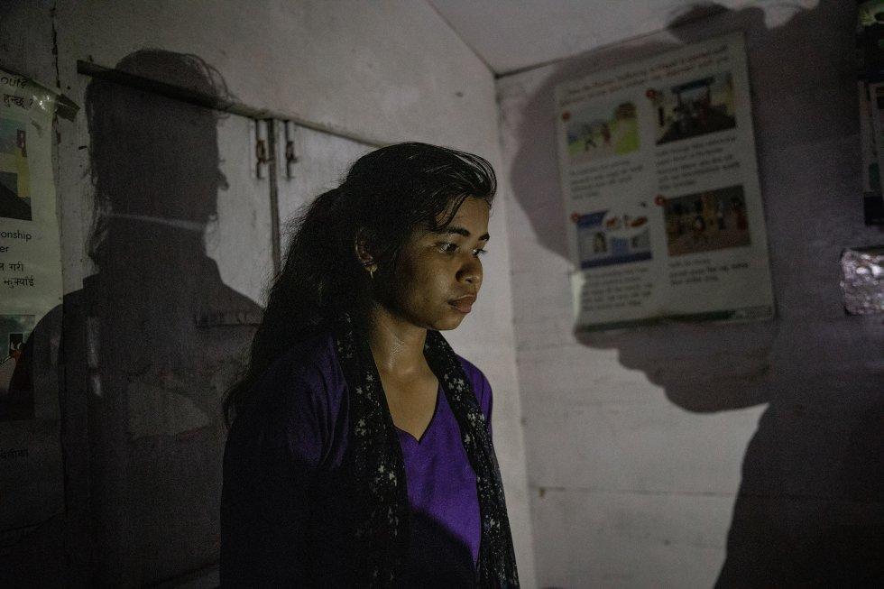 Hace solo dos años, Maheshwori Nepali respondía las preguntas que le hacían ante la sospecha de que se trataba de una víctima del tráfico de personas. Sus interrogadores querían saber si la había vendido un conocido habitante de su pueblo que había ofrecido a su familia encontrarle un trabajo en India. Actualmente, Nepali trabaja como vigilante de frontera intentando interceptar y evitar que las víctimas del tráfico sean llevadas a India a través de la ciudad fronteriza de Bhairahawa, en Nepal, o sean tentadas para que crucen ellas mismas. Maheshwori utiliza su propia experiencia para identificar a posibles víctimas. En su nuevo trabajo en 3 Angels Nepal, la ONG anti tráfico de personas que la rescató a ella, busca a niñas demasiado bien vestidas. Esto es algo que los traficantes suelen hacer para ganarse la confianza de sus víctimas. Otro indicio significativo son las niñas que caminan torpemente con zapatos nuevos, ya que es probable que sea la primera vez que calzan algo que no sean chancletas. Las niñas que, como ella, proceden de familias desfavorecidas, son las más vulnerables. Maheshwori pertenece a la comunidad dalit, la más baja de las castas hinduístas. Aunque la discriminación por razón de la casta está oficialmente prohibida en Nepal, sigue teniendo influencia en todas las facetas de la sociedad. Esto ha obligado a muchos miembros de las castas inferiores a buscar una vida diferente lejos de su hogar. Según información de la policía nepalí citada en un informe de Unicef Nepal, desde mediados de 2015 hasta mediados de 2016, 1.630 mujeres y niñas fueron rescatadas por la policía solo en los puestos de control del tráfico de personas de las zonas de frontera. Las organizaciones contra la trata dirigen sus propios puestos a lo largo de la frontera para suplir la escasez de estaciones oficiales, y trabajan en coordinación con la policía en los casos en los que se identifica también al traficante y cuando es necesaria la intervención policial. Las cifras de re