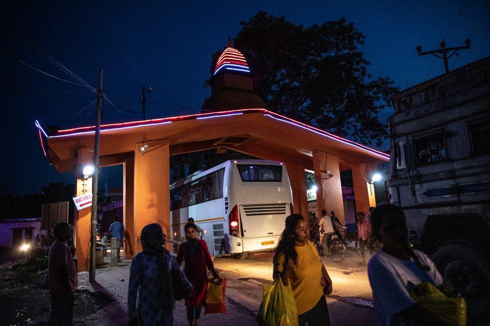 En la ciudad fronteriza nepalí de Bhairahawa, las personas y las mercancías se desplazan entre India y Nepal en camiones, autobuses, motocarros, vehículos privados y a pie. Antes de 2015, los 1.758 kilómetros de frontera entre Nepal e India, a través de los cuales circulan cientos de miles de ciudadanos de ambos países sin necesidad de pasaporte o visado (los niños de menos de 10 años no necesitan documentos), ya era una de las vías de paso más transitadas del mundo del tráfico de personas. Desde el terremoto de ese año, que se llevó casi 9.000 vidas y causó graves perjuicios a las estructuras sociales y económicas de Nepal, la actividad ha aumentado. Esto, unido a la circunstancia de que se trata de una frontera abierta enormemente permeable, ha creado un problema colosal a quienes luchan contra la trata de personas, al mismo tiempo que ha hecho de ese comercio ilegal un negocio muy lucrativo y con pocos riesgos.