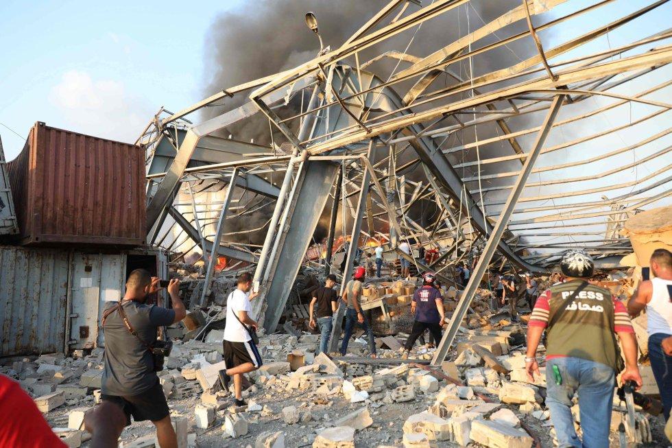 Los vídeos que circulan en redes sociales muestran una explosión y una gran columna de humo en la zona del puerto de Beirut, previa a una segunda deflagración de mayor potencia. En la imagen, los destrozos causados.