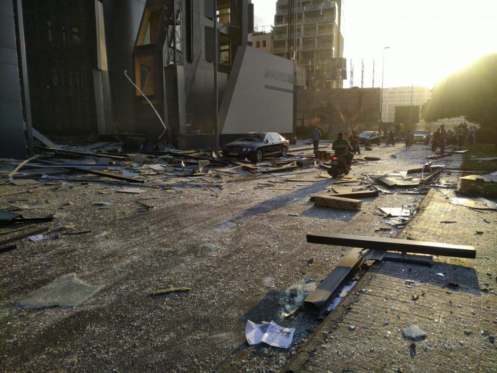 Aspecto de una de las calles de Beirut con importantes destrozos por la explosión.