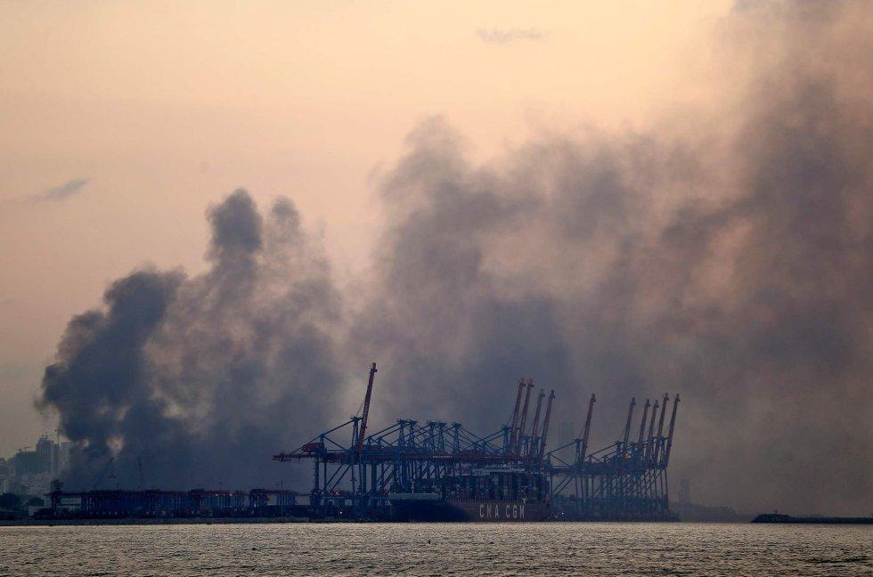 La intensa humareda en la zona portuaria de la ciudad tras la explosión de este martes en la capital libanesa.