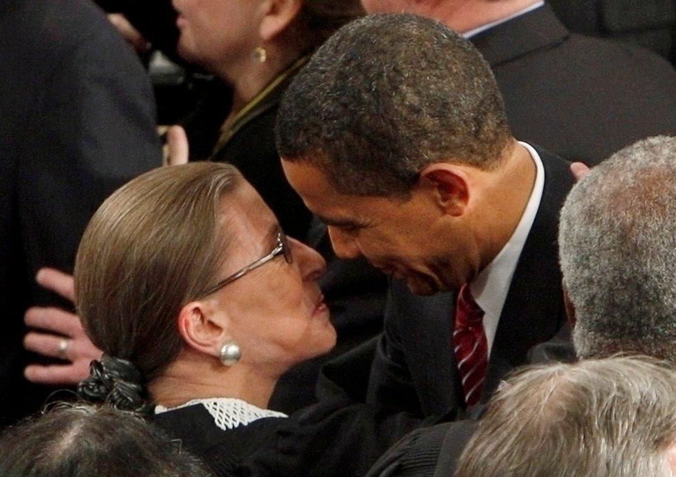 Ruth Bader Ginsburg se abraza con el presidente de Estados Unidos Barack Obama a su llegada al Congreso en Washington, el 24 de febrero de 2009.