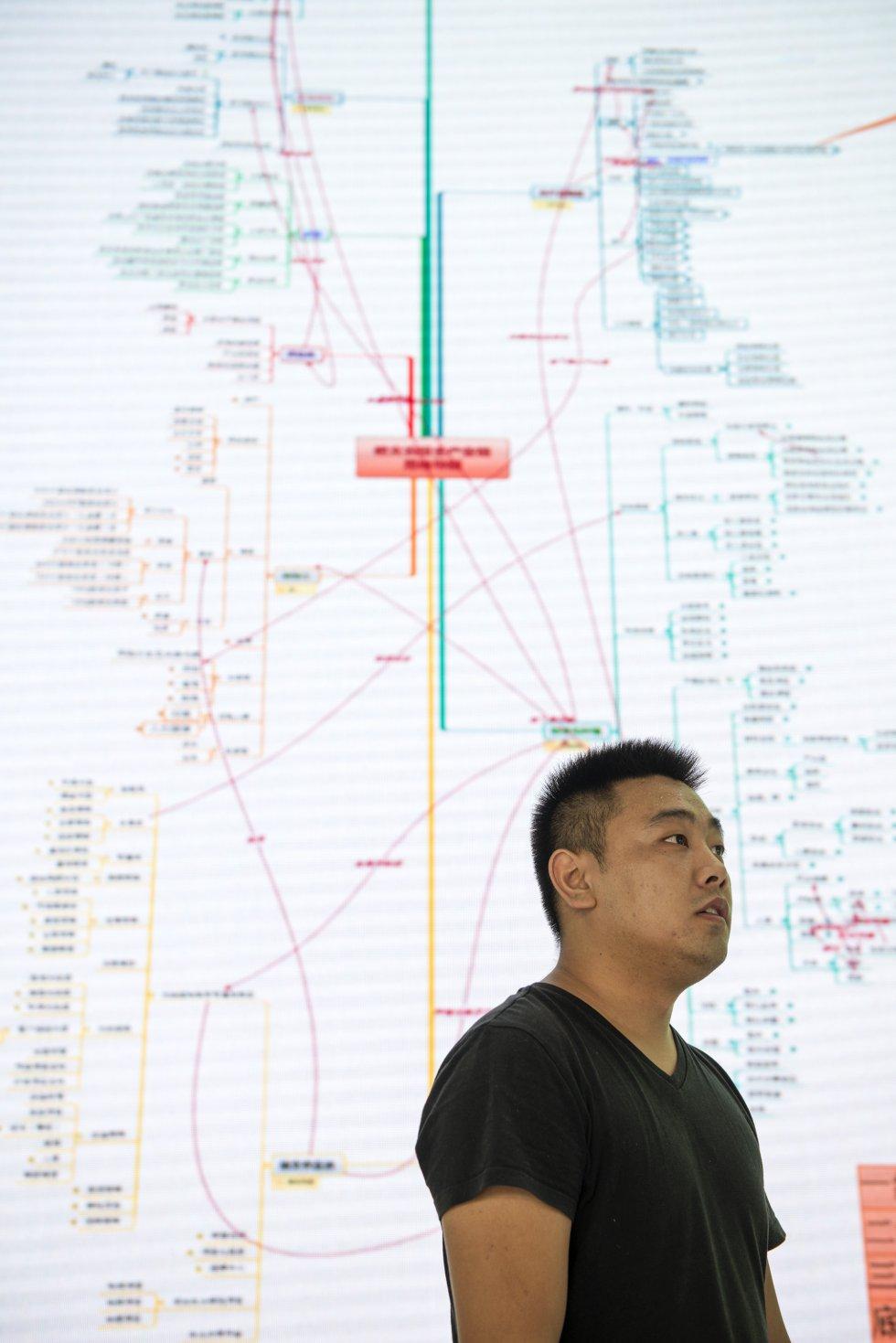 """""""La tecnología es clave para la eficiencia de todos los sectores. También de la agricultura"""", afirma Zheng Jian, responsable de Operaciones de la Corporación Estatal para el Desarrollo y la Inversión. Su empresa ha logrado implementar estos sistemas de análisis de datos en más de 5.000 pequeñas plantaciones y dar así consistencia a la denominación de origen del kiwi de Xiuwen, que pertenece a la variedad local Guichang."""