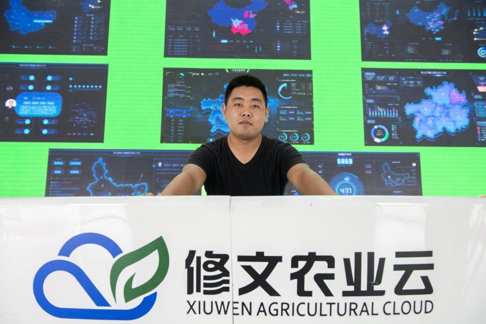 Zheng Jian muestra el complejo sistema de big data que ha desarrollado con un objetivo triple: mejorar la productividad de las plantaciones y la calidad de los kiwis, determinar la mejor estrategia comercial para vender la fruta al precio más adecuado en cada momento, y ofrecer al consumidor una herramienta de trazabilidad que incremente su confianza en el alimento.