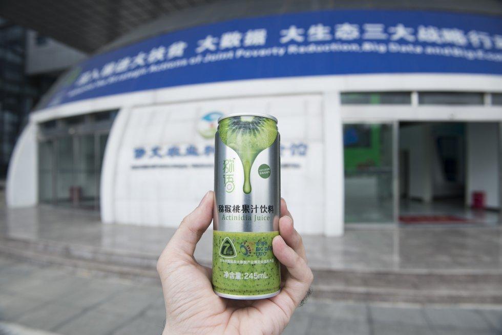 Además de la venta de kiwis, el Gobierno alienta la producción de derivados de la fruta, como este zumo, que proporcionan más ingresos.