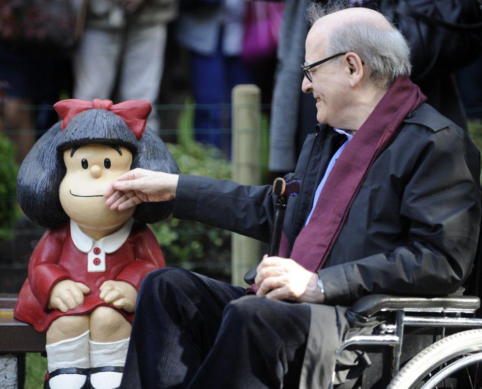 El dibujante Quino, con una estatua de Mafalda en Oviedo en 2014, cuando recibió el Premio Príncipe de Asturias de Comunicación y Humanidades.
