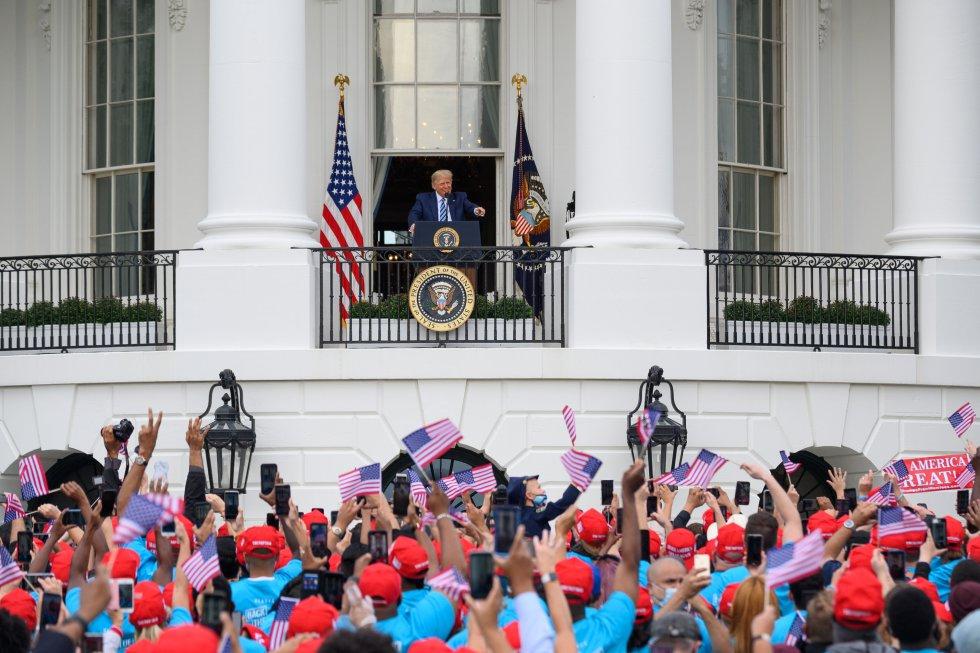 """El presidente de Estados Unidos, Donald Trump, realiza su primera aparición pública desde que salió del hospital, donde estuvo ingresado por covid-19: """"Me siento genial"""". EE UU encadena tres días con más de 50.000 casos diarios de coronavirus."""