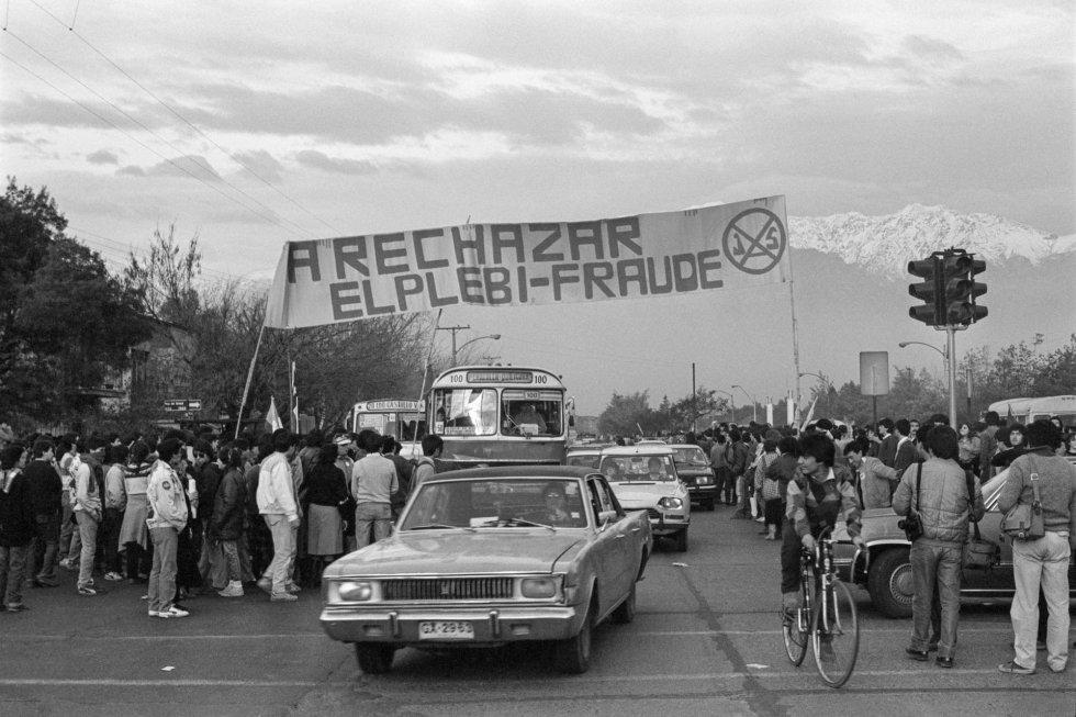 Ante el fraude de Pinochet en el plebiscito de 1980, que impuso su Constitución, en 1988 algunos de la oposición temían que votar fuera participar en el nuevo fraude del general. Foto en la periferia de Santiago, 1988.