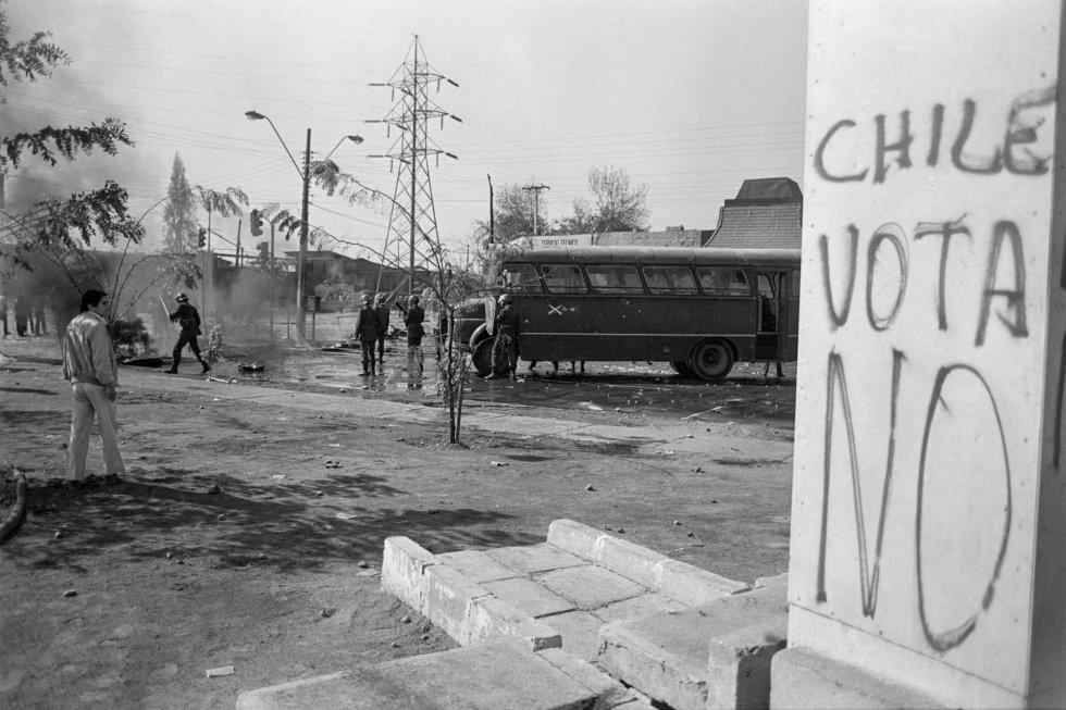 Represión contra manifestantes el 1 de mayo de 1988, en San Joaquín, Santiago.