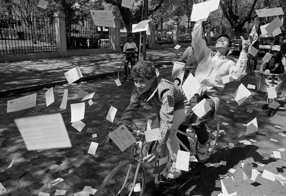 """""""La alegría ya viene"""", decía el logo de campaña del 'no'. Voluntarios de la campaña en 1988."""