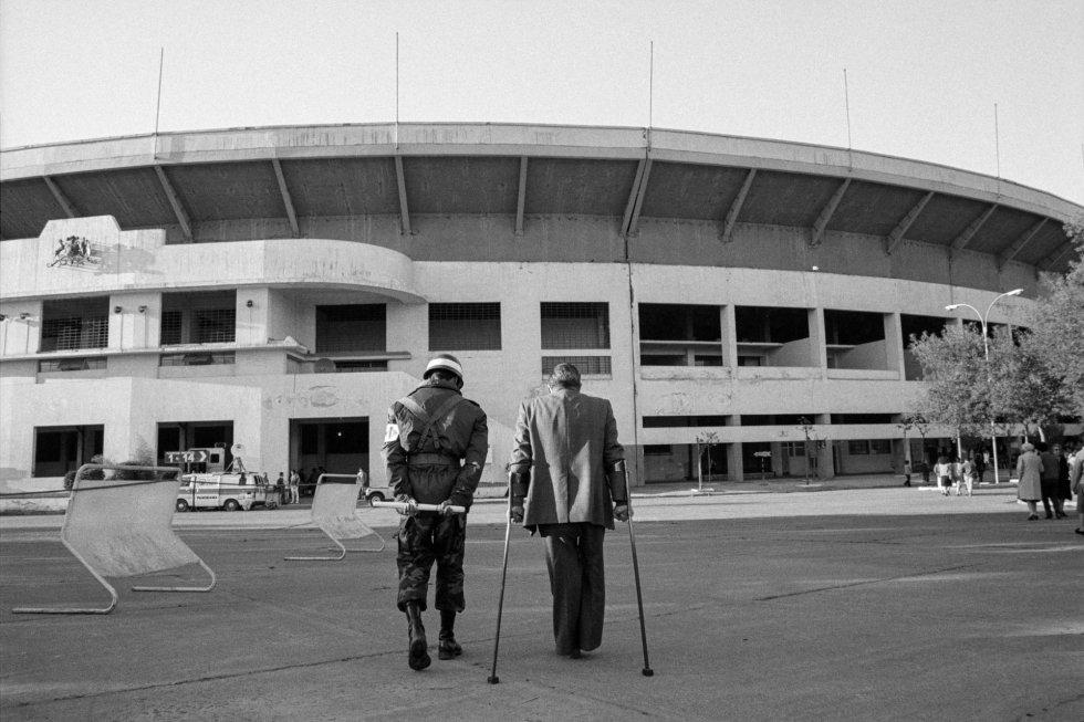 Frente a la Sede de votación en el Estadio Nacional, centro de detención y tortura tras el golpe de Estado de 1973. Se calcula que cerca de 20.000 personas estuvieron allí.
