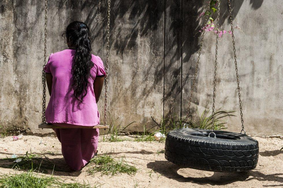 """Sandar (nombre ficticio) tiene 28 años. Es una emigrante birmana sin documentación que vive en Mae Sot, en la frontera entre Tailandia y Myanmar. Lleva 11 años en una relación de maltrato. Su marido le pega y abusa sexualmente de ella. La situación familiar empeoró desde el brote de covid-19. Como su marido se quedó sin trabajo, discutían constantemente por el dinero. Sandar es una de los aproximadamente 200.000 emigrantes birmanos que viven en la región de Mae Sot. Muchos de ellos carecen de documentación y trabajan en condiciones precarias. Desde que estalló la pandemia no tienen trabajo ni apoyo del Gobierno tailandés, y tampoco la posibilidad de volver a Myanmar debido al cierre de las fronteras. Según cálculos de ONU Mujeres, en algunos países los casos de violencia doméstica han aumentado un 30%. La organización califica el fenómeno de """"pandemia en la sombra""""."""