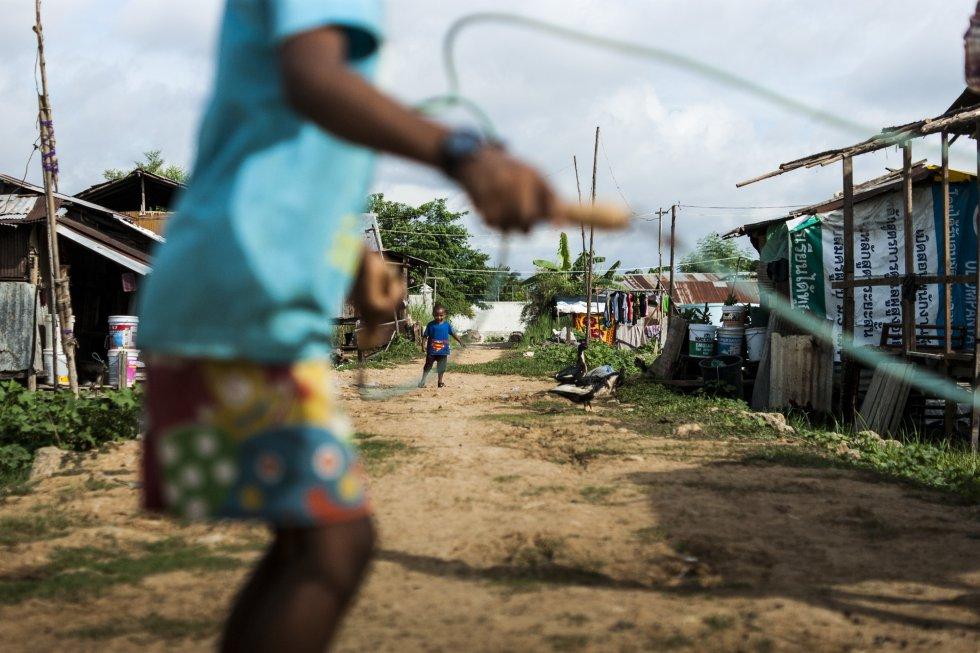 """Los hijos de Sandar, de nueve y tres años, juegan en la calle delante de su casa. Sandar ha sufrido toda su vida malos tratos en el ámbito familiar. Su tía, que la alojó a su llegada a Tailandia, le pegaba continuamente. """"Me golpeaba con cables"""", cuenta la joven, que nunca fue al hospital ni llamó a la policía. """"No sabía a dónde ir. No hablaba tailandés. Además, mi tía me encerraba en casa, así que no podía salir"""". Sandar se casó a los dos años de llegar a Tailandia. Tenía 17. Según la ONU, menos del 40% de las mujeres víctimas de violencia física en el ámbito doméstico busca ayuda."""