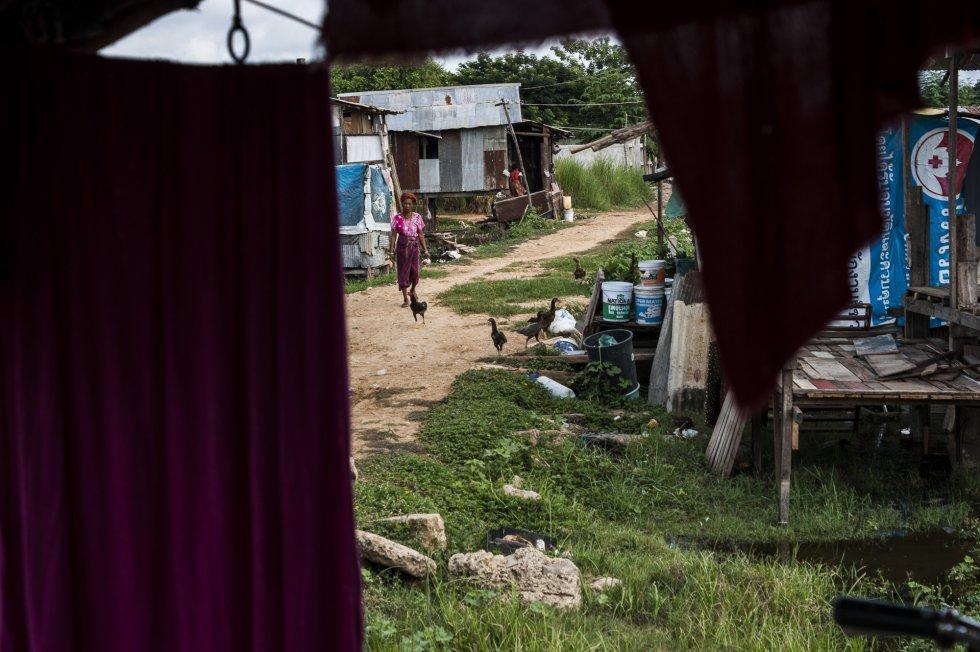 Una vista de la calle desde la casa de Sandar, en las afueras de Mae Sot. En Tailandia existe una línea telefónica para denunciar la violencia doméstica. Sin embargo, hace cinco años el Gobierno pasó de destinarla a los casos de violencia contra las mujeres y los niños (así como a los de tráfico de personas, trabajo infantil y embarazo adolescente) a cualquier problema social, como señala un informe de la Fundación Henrich Böll. Según ese mismo estudio, durante el cierre de marzo y abril, el teléfono de asistencia recibió una avalancha de más de 28.000 llamadas, más del doble que en el mismo periodo del año anterior. La mayoría, sin embargo, eran quejas o consultas sobre la asistencia social y las ayudas económicas del Gobierno. Eso hizo aún más difícil para las víctimas de violencia doméstica acceder a la línea.