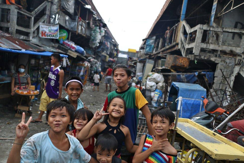 El curso escolar en Filipinas ha comenzado con cuatro meses de retraso, después de que el presidente Duterte anunciara que no habría clases presenciales hasta que existiera una vacuna contra la covid-19. En el modelo de enseñanza 'online' que se ha impuesto en el país se han matriculado 24,6 millones de estudiantes, pero ha dejado al margen a tres millones. En la imagen, un grupo de niños posa en Tondo, el distrito más pobre de Filipinas. Para ellos será muy difícil el aprendizaje a distancia.