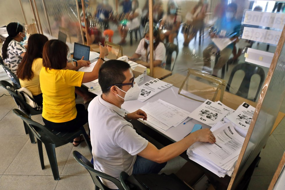 Al no poder depender únicamente de Internet, en Filipinas se ha optado por un sistema mixto, que combina la distribución de material impreso, con clases 'online' dos veces por semana como mínimo y lecciones impartidas en la televisión pública. Varios profesores distribuyen materiales en la escuela elemental Gregorio del Pilar, en Tondo.