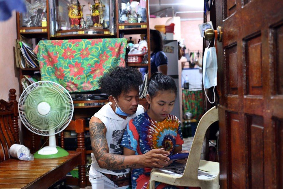 Ynna Andrhea Roflo, alumna de 10 años con predilección por las matemáticas, usó por primera vez una tablet el primer día del curso, dispositivo que le asignó gratuitamente su escuela en el distrito de Tondo, el más pobre y densamente poblado del país.
