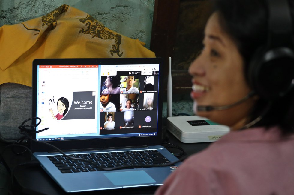 """La profesora de inglés y literatura, Elizabeth Abaya, se dispone a comenzar desde su hogar las clases 'online' con sus alumnos. En su humilde casa de Tondo, afronta con ilusión el nuevo curso, que ve como """"una oportunidad para todos de actualizarnos en nuevas maneras de enseñar más acordes al siglo XXI""""."""