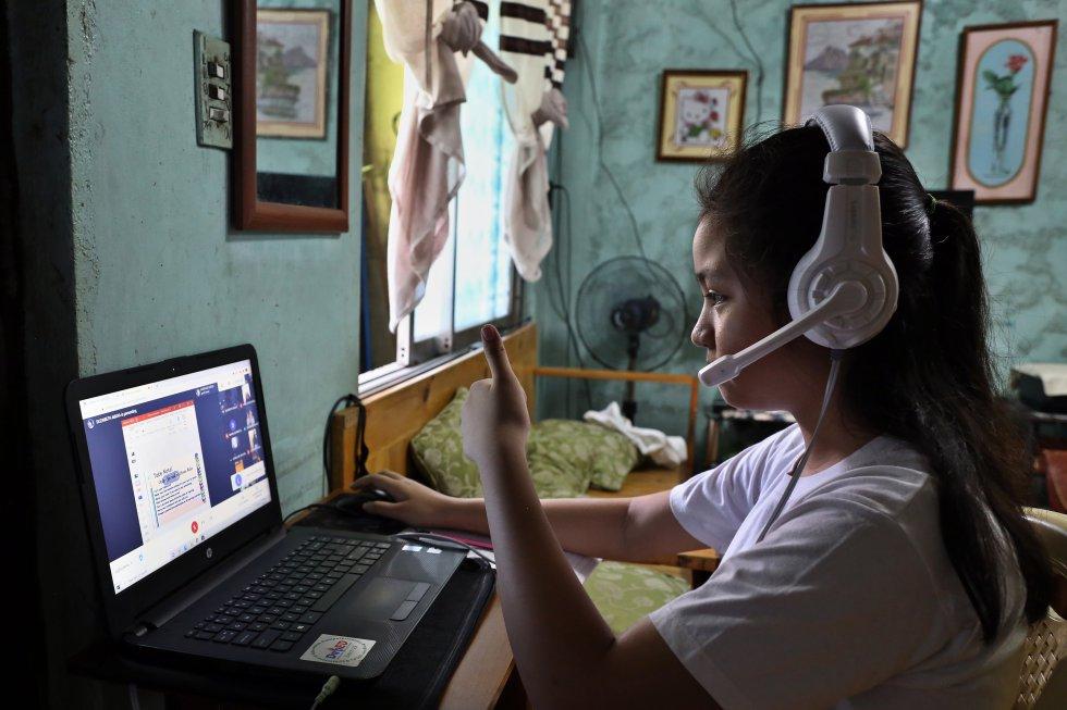 """Dana Abaya, de nueve años, informa a su maestra que ya está lista para comenzar las clases por Internet. """"Me gusta estudiar desde casa. Es una forma nueva de aprender, aunque prefiero las clases cara a cara para estar con mis amigas"""", cuenta esta niña, mientras termina en su ordenador un ejercicio de literatura de la clase que imparte su madre y maestra en el escritorio de al lado."""