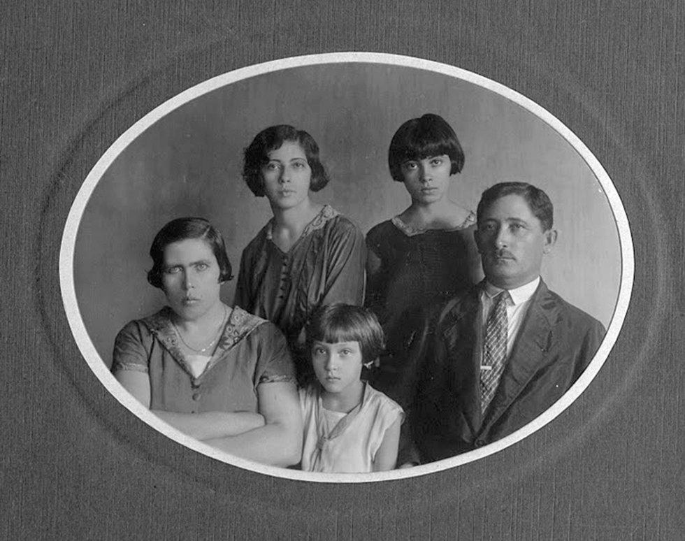 A escritora brasileira Clarice Lispector, sentada no centro junto a seus pais, Marieta e Pedro. De pé, suas irmãs Tania e Elisa. Todos eles, salvo Tania, abrasileiraram seus nomes ucranianos. Haya era o nome original de Clarice.