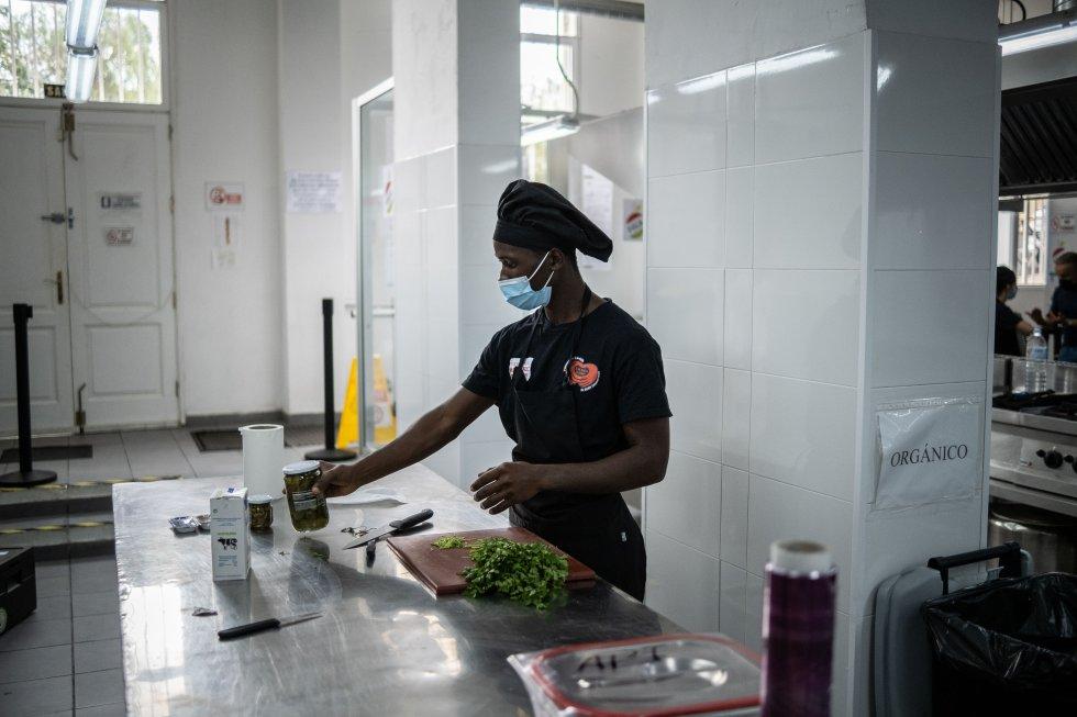 Boubacar asiste a su curso de cocina cada mañana. Los alimentos que cocinan son servidos por encargo a empresas y particulares de la zona. De esa manera, su aprendizaje revierte beneficios en la Fundación que subvenciona sus gastos y cursos, dignificando así la ayuda que reciben.