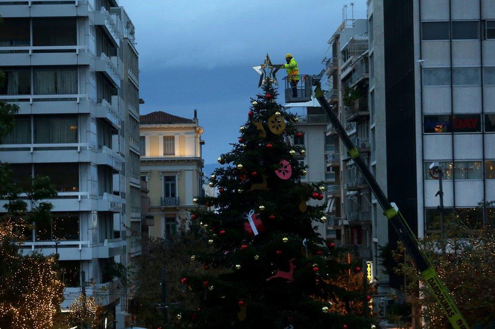Un trabajador municipal decora el árbol de Navidad en la plaza Syntagma, en Atenas (Grecia), el 13 de diciembre.